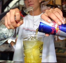 Un riesgo, mezclar bebidas energéticas con alcohol